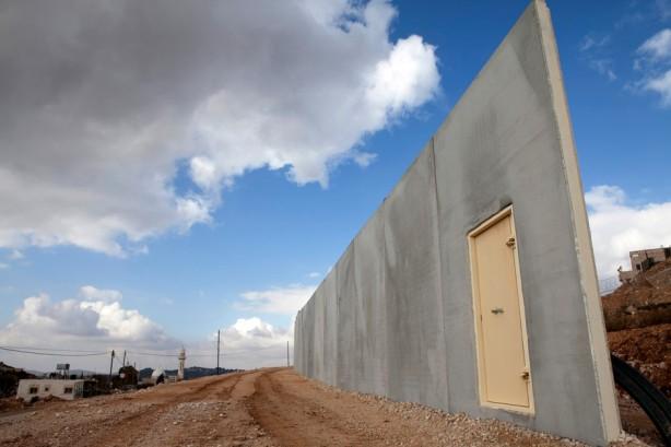 Una sección sin terminar del muro de separación a la entrada del pueblo de al-Walaja, diciembre de 2010. Una vez que esté completado, habrá uin sólo retén controlado por militares israelíes a la entrada de al-Walaja, volviendo al pueblo en una prisión al aire libre.