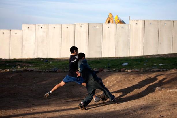 Hay muy poco espacio para que los niños jueguen. Al-Walajah tiene sólo una escuela UNRWA que atiende estudiantes hasta el noveno grado (14-15 años). Niños mayores van a escuelas en Beit Jala y Belén. Cuando el muro esté terminado, tendrán que pasar a través de un retén militar en su camino a la escuela y de regreso.
