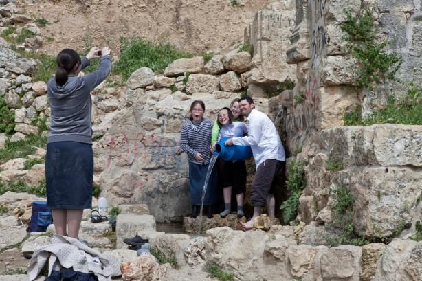 Colonos israelíes van con frecuencia, como actividad recreativa, a las ruinas del pueblo original de al-Walaja que fue étnicamente limpiado en 1948. Sólo unas cuantas casas parcialmente destruidas permanecen en pie. Los habitantes de al-Walaja tienen prohibido el acceso a esta área. El despojo fue posteriormente afianzado por una decision de julio de 2013 en la cual cerca de 1,200 dunums de tierra que se encuentran entre la línea de armisticio de 1949 y el muro fueron previstas para la construcción del nuevo parque nacional israelí.