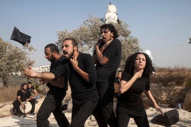 Performance por el grupo teatral Freedom Bus basado en historias de los residentes de al-Walaja durante un evento en la cima de una montaña que pronto será aislada del pueblo por el muro, septiembre 2012. Los palestinos usan frecuentemente la resistencia cretiva como parte de su lucha contra la ocupación.
