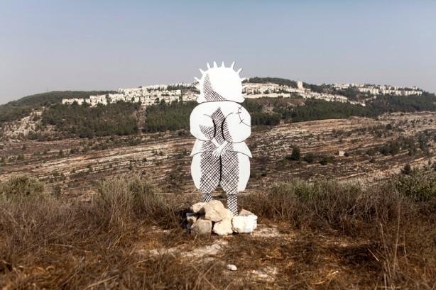 Una representación en cartulina del personaje Handala, creado por el caricaturista palestino Naji al-Ali, durante un evento para protestar por la construcción del muro, septiembre 2010. Handala es un símbolo de la resistencia y tenacidad  palestinas.