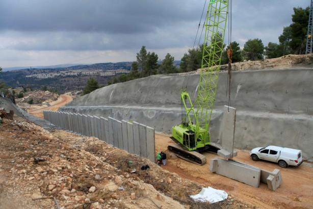 La construcción del muro ha tenido consecuencias desastrozas en el medio ambiente natural. Cientos de árboles han sido sacados de raíz y el paisaje en algunos lugares fue irremediablemente alterado.