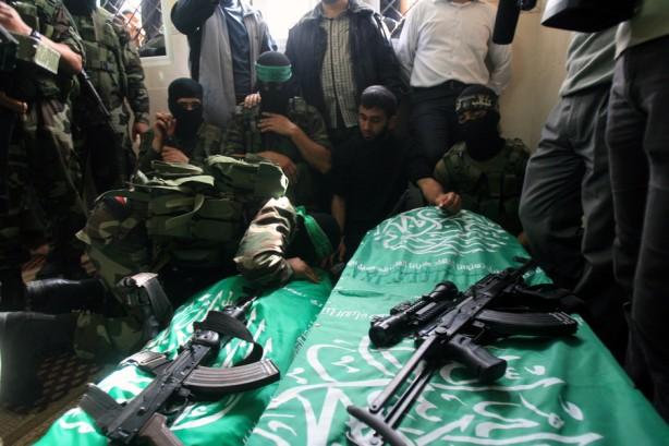 Dolientes se reúnen alrededor de los cuerpos de dos de los tres luchadores de Hamas que murieron en una explosión, durante su funeral en el campo de refugiados de al-Nusairat en el centro de la Franja de Gaza, el 16 de abril. Los testigos dicen que la explosión tuvo lugar en el campo de entrenamiento perteneciente al ala armada oriental de Khan Yunis en el sur de la Frana de Gaza, pero no estaba claro que causó la explosión. Hamas