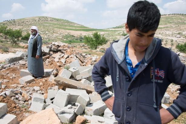 Los granjeros palestinos buscan los restos de concreto de refugios demolidos por los militares israelíes en el pueblo de al-Tuwani, en la Cisjordania ocupada, el 2 de abril. Siete refugios construidos en zonas agrícolas en las afueras del pueblo pertenecientes a diferentes habitantes de al-Tuwani fueron demolida en la misma mañana. (Ryan Roderick Beiler / ActiveStills)