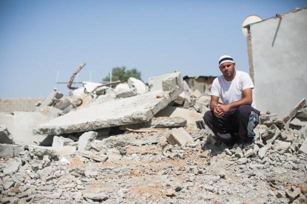 Un miembro de la familia Abu Juda cerca de los escombros de su casa minutos después de ser demolida por fuerzas israelíes en el pueblo beduino no reconocido de al -Zaarura al sur de el actual Israel, 9 de abril. (Yotam Ronen / ActiveStills)
