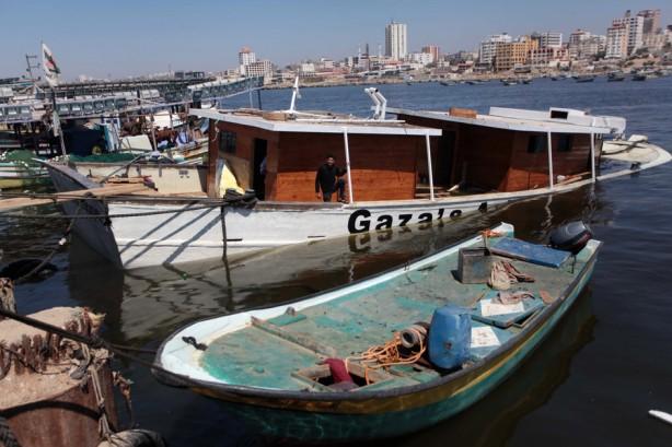 El Arca de Gaza, un barco de protesta palestino que se preparaba para romper el bloqueo naval israelí, después de ser dañado en una explosión en el puerto de la Ciudad de Gaza, el 29 de abril. La explosión ocurrió alrededor de las 3:45 am (0045 GMT) y fue precedida por una llamada teléfonica anónima advirtiendo a la guardia que la embarcación estaba por volar por los aires, dijeron los organizadores. El bote, una embarcación de pesca grande que estaba preparándose para navegar en junio, sufrió graves daños, dejándola sumergida 3/4 del total. (Ashraf Amra / APA images)