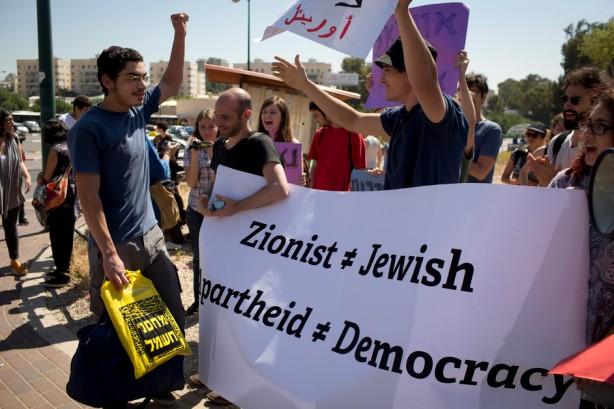 Activistas israelíes toman parte en una protesta mientras Uriel Ferera, de 19 años, judío ortodoxo de Beer Sheva entró en la base militar Tel HaShomer donde anunció su negativa a obedecer las órdenes de reclutamiento del servicio militar israelí, 27 de abril. Ferera dijo que rehusa a tomar parte en l ocupación y que su petición para estar en la administración pública en lugar del ejército fue negada por éste. (Oren Ziv / ActiveStills)