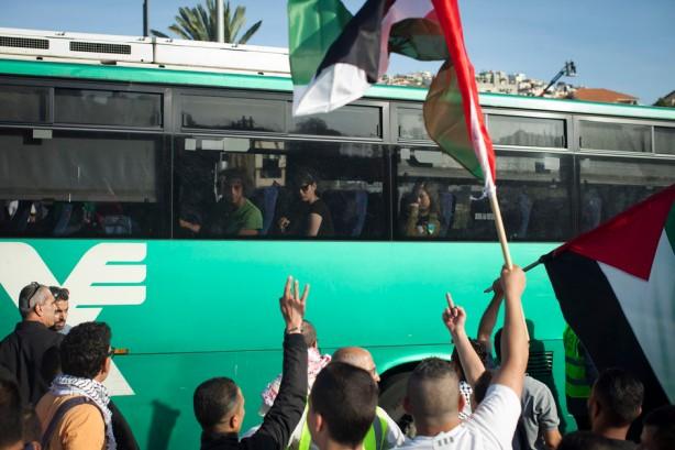 """Protesta palestina a l entrada de la ciudad de Umm al-Fahm en el actual Israel en contra de los recientes ataques a la mezquita en la ciudad, el21 de abril. El 18 de abril, la puerta de una mezquita en la ciudad fue incendiada y un graffiti que decía """"fuera árabes"""" fue pintado con spray en el exterior. La protesta se hizo en contra de los ataques en lugares sagrados para los musulmanes y cristianos en Israel y en Cisjordania, llamndo a la policía israelí para actuar en contra de los perpetradores.(Oren Ziv / ActiveStills)"""