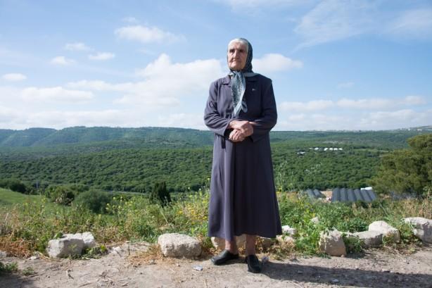 Samiha Dokeh posa para un retrato en el pueblo palestino de Iqrit en el norte del actual Israel, 21 de abril. Dokeh tenía ocho años cuando ella y su familia fueron desplazados de su pueblo en 1948, junto con el resto de los residentes. La milicia israelí destruyó su pueblo y desde entonces le ha impedido el regreso. Sólo la iglesia y el cementerio del pueblo permnecen intactos, y son usados aun por los residentes del pueblo mientras ellos promueven la posibilidad de un completo retorno. (Ryan Rodrick Beiler / ActiveStills)