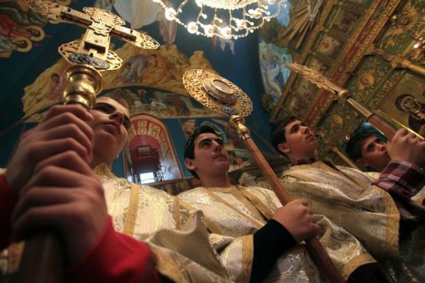 Cristianos ortodoxos palestinos asisten a la misa del Domingo de Palma en la Iglesia de San Porfirio en la Ciudad de Gaza, 13 de abril. (Yasser Qudih / APA images)