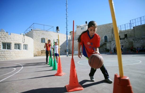 Niñas plestinas asisten al entrenamiento de basketbol en la Ciudad Vieja de Jerusalén, 30 de abril. El equipo es el primer equipo de mujeres que pertenecen al club de niños de Jerusalén y que se integra por aproximadamente 70 niñas entre los 10 y 20 años de edad. (Saeed Qaq / APA images)