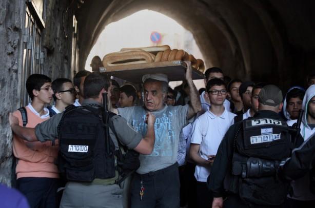 La policía israelí evita que los palestinos entren en el complejo de la mezquita de al-Aqsa en l Cuidad Vieja de Jerusalén el 14 de abril. Días antes la policía israelí irrumpió en la mezquita al-Aqsa en Jerusalen; la policía disparó gas lacrimógeno  y granadas detonadoras a los fieles, guardias y empleados de la Waqf*  islámica de Mezquita de al-Aqsa Waqf [dotación de un objeto en nombre de Allah] (Saeed Qaq/APAimages)