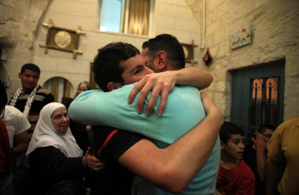 Palestinos celebran la liberación de manifestantes detenidos por la policía israelí durante  los recientes enfrentamientos en el complejo de la mezquita de al-Aqsa en la Ciudad Vieja de Jerusalén, el 27 de abril. La policía israelí arrestó a 16 palestinos la semana anterior durante los enfrentamientos en sitio sagrado (Saeed Qaq/ APA images)
