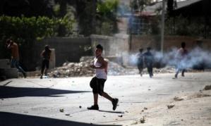 Photo credit: Las fuerzas israelíes disparan gas lacrimógeno durante una concentración por el 66 aniversario del Día de la Nakba en Hebron, Cisjordania (AA)