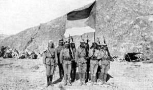 Rebeldes árabes con la bandera designada para la revuelta árabe,  por el Reino Unido