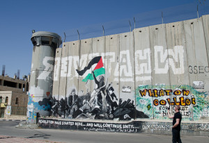 Una parte del muro de la separación construida por el gobierno israelí que se proyecta en Bethlehem para cercar la tumba de Raquel dentro de la zona israelí. Muchas partes del muro que tiene grafiti y arte por los palestinos y sus visitantes (crédito foto: Ted Lieverman)
