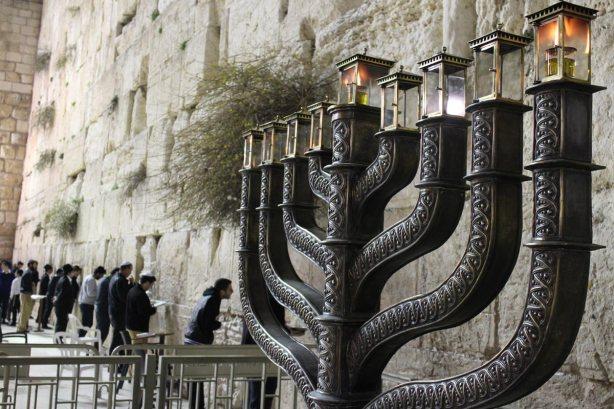 Channukiah-Jewish-candle-holder-in-Jerusalem-synagogue